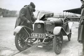 Aston Martin - fondatorul Lionel Martin pe pista Brooklands în 1922.