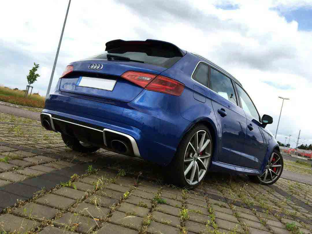 Spatele unui Audi RS3 albastru