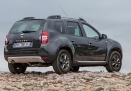 Dacia Duster privită din spate