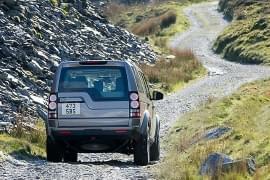 Land Rover Defender pe pistă