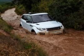 Range Rover Evoque în râu