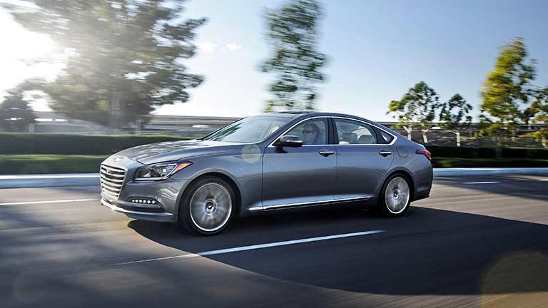 Hyundai Genesis privita din lateral