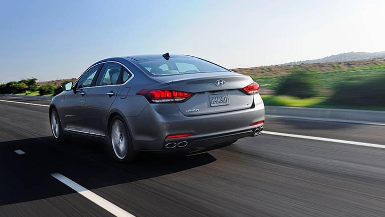 Hyundai Genesis privita din spate