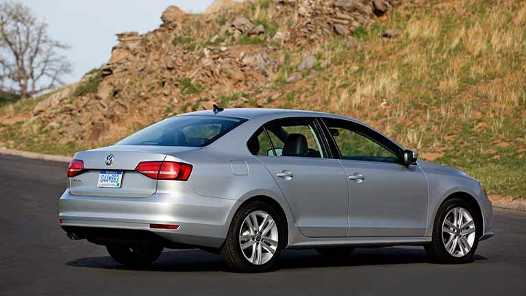 Volkswagen Jetta privind din lateral