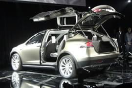 Tesla Model X cu uşile din spate deschise