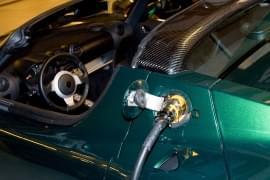 Tesla Roadster şi cablul de încărcare