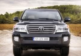 Toyota Land Cruiser privită din faţă