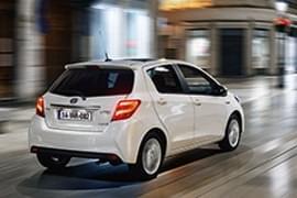 Toyota Yaris privită din spate